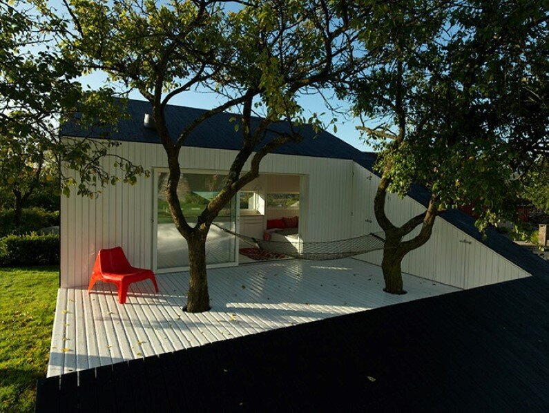 Small garden house  by Saunders Architecture