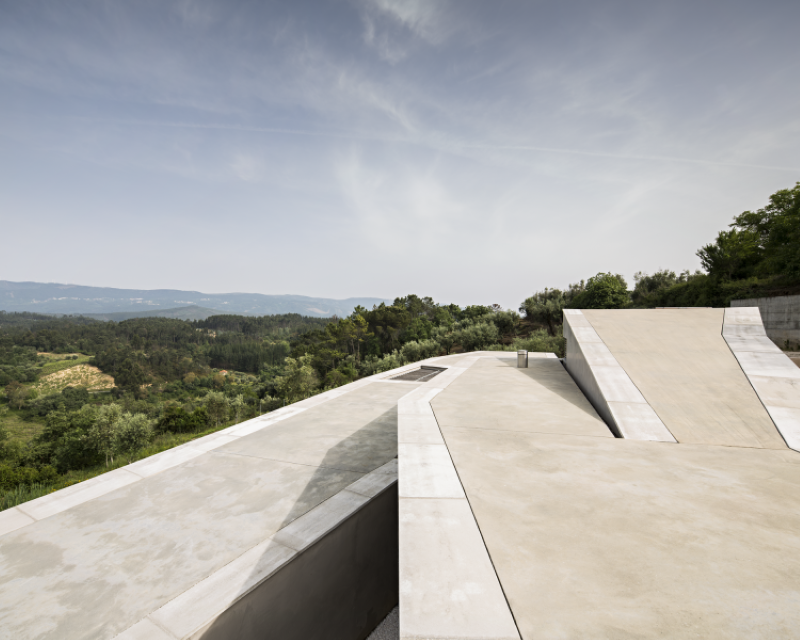Gateira concrete house designed in harmony with dramatic landscape (7)