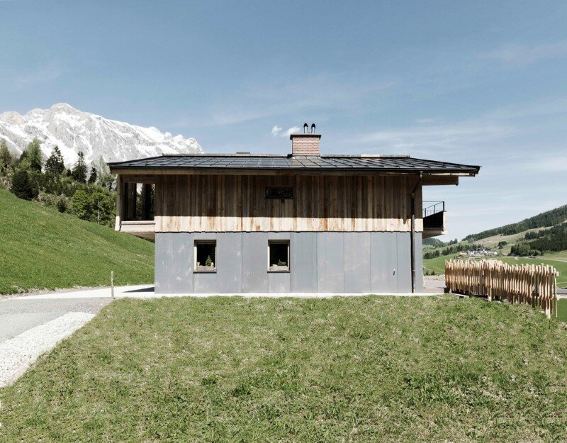 Alpine cottage - a combination of modern and traditional alpine elements (1)