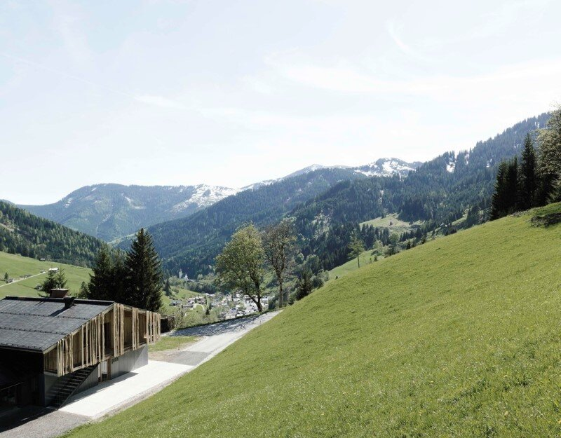 Alpine chalet - a combination of modern and traditional alpine elements (4)