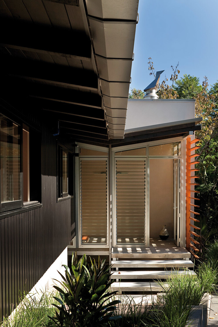 Glade House - modern home with low-pitched gabled roof, raking ceilings and exposed rafters (14)