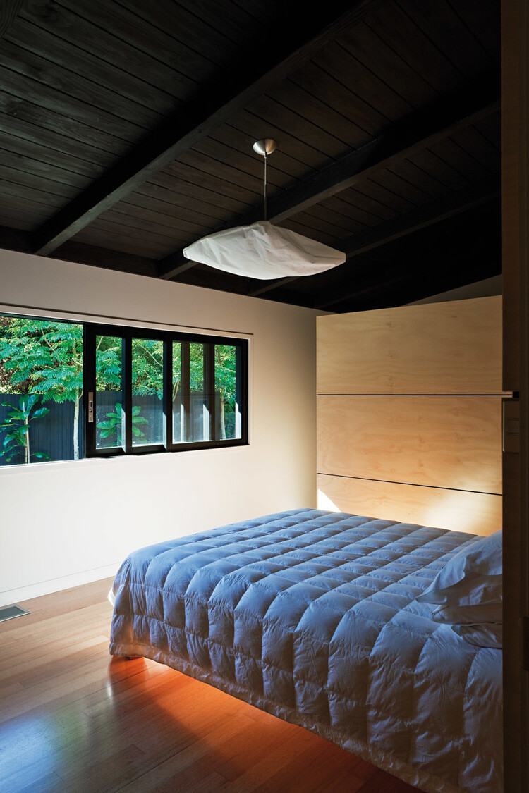 Glade House - modern home with low-pitched gabled roof, raking ceilings and exposed rafters (8)