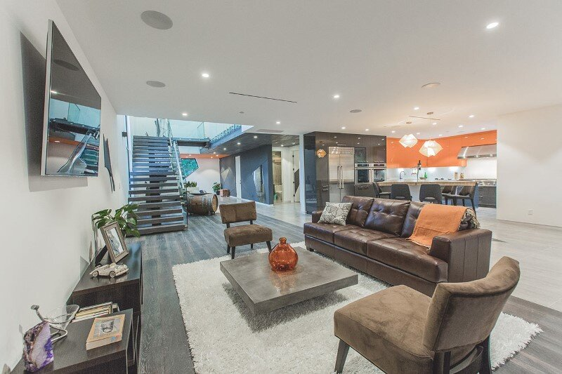 High-end modern mansion with discreet extravagant interiors (7)
