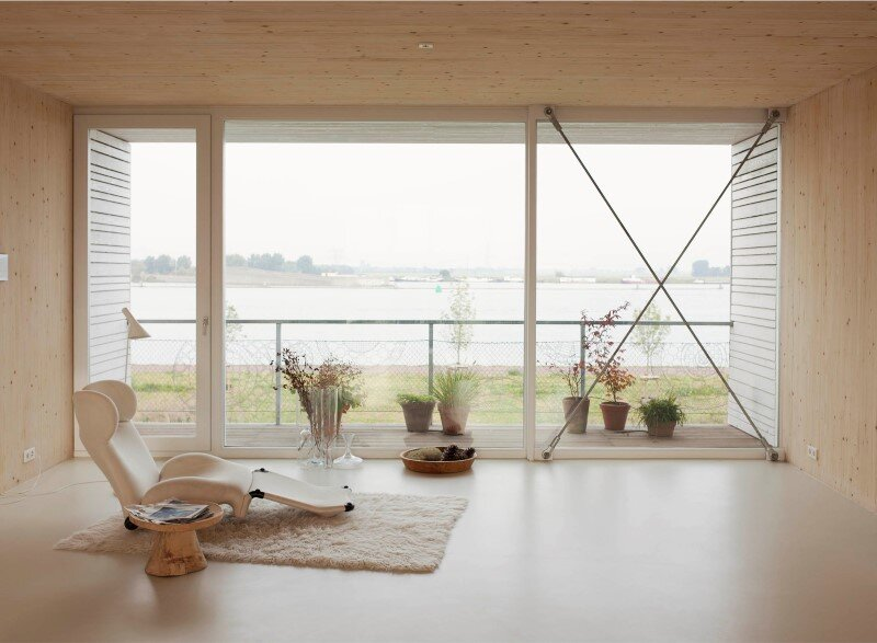 House in Amsterdam completely constructed with massive wooden panels (1)