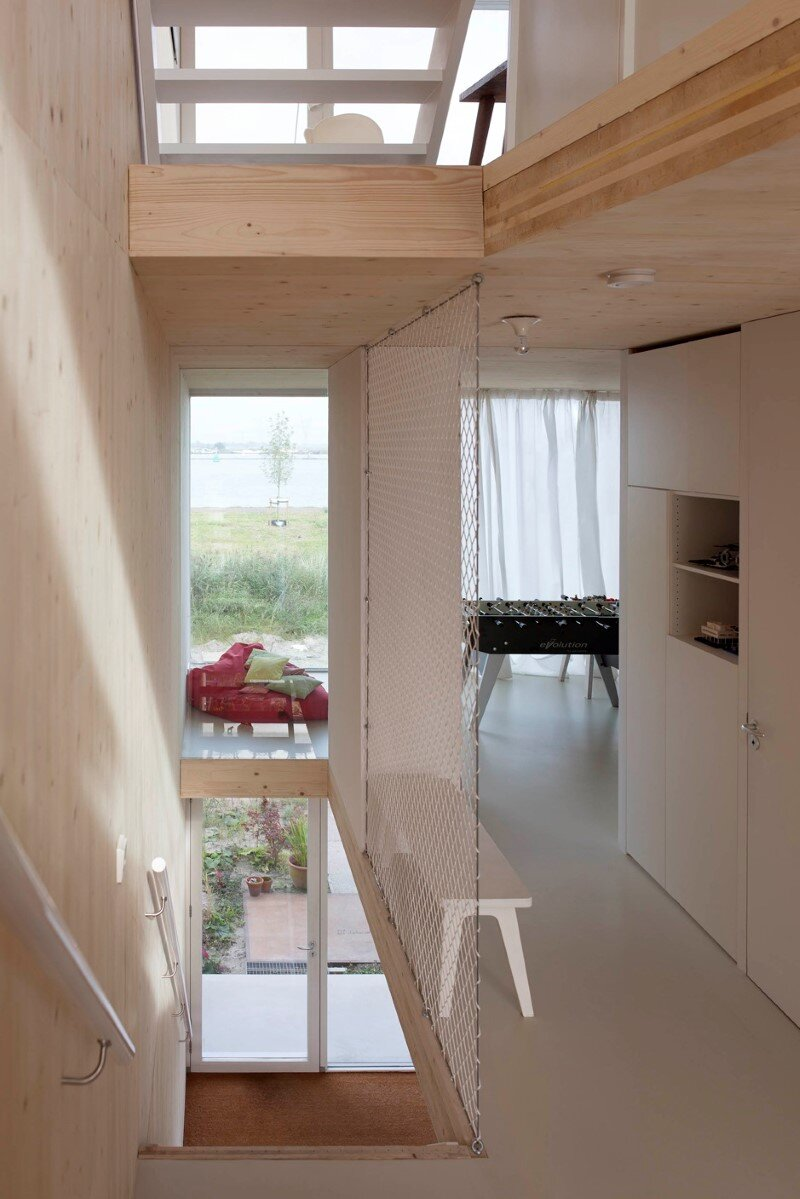 House in Amsterdam completely constructed with massive wooden panels (8)