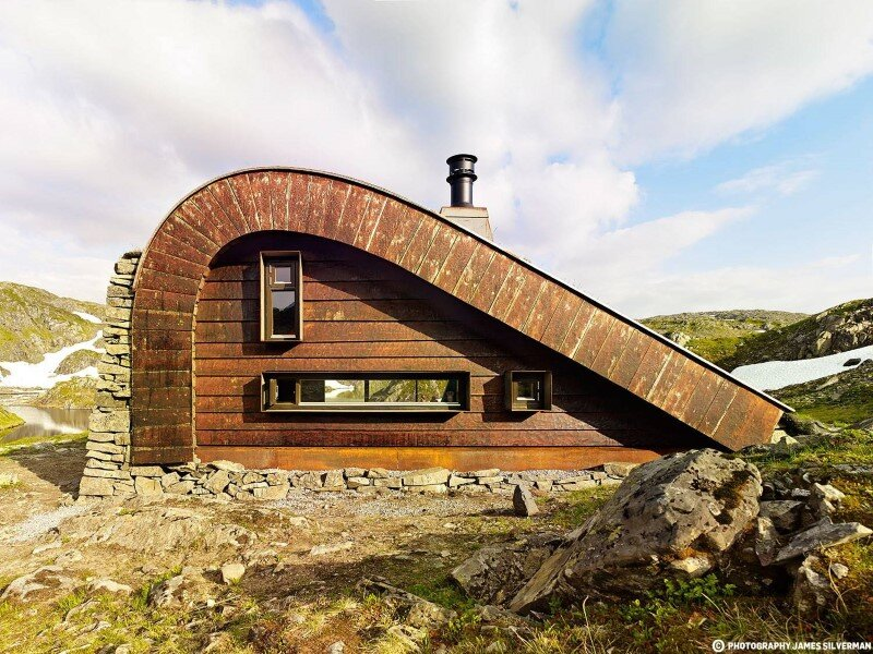 """Hunting lodge with a roof that """"grows out of"""" landscape - Norwegian mountain cabin (1)"""