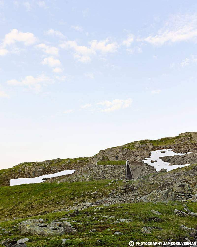 """Hunting lodge with a roof that """"grows out of"""" landscape - Norwegian mountain cabin (3)"""