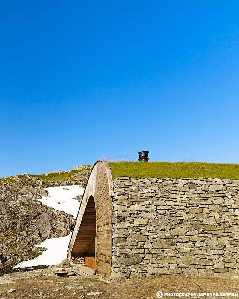 """Hunting lodge with a roof that """"grows out of"""" landscape - Norwegian mountain cabin (4)"""