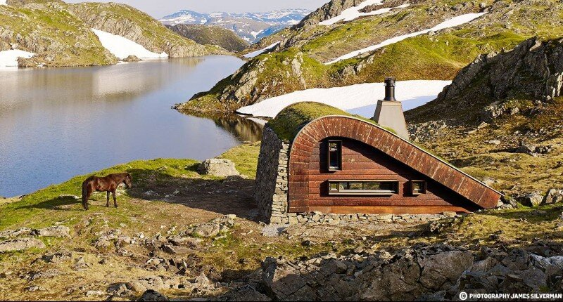 """Hunting lodge with a roof that """"grows out of"""" landscape - Norwegian mountain cabin (7)"""