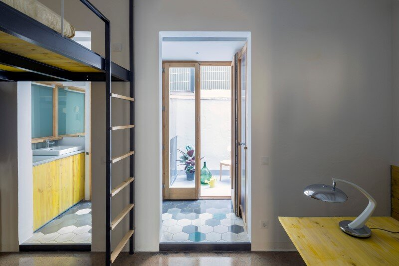 Loft bed is a good option for rooms with high ceilings G-ROC apartment in Barcelona (7)