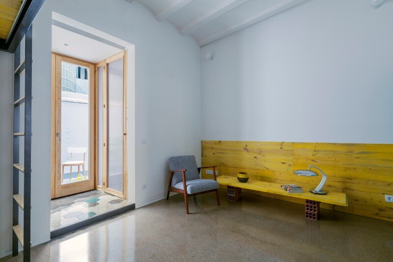 Loft bed is a good option for rooms with high ceilings G-ROC apartment in Barcelona (8)