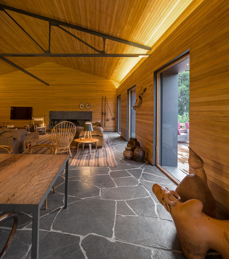 Metallic structure home in the midst of a beautiful forest of pine trees (9)