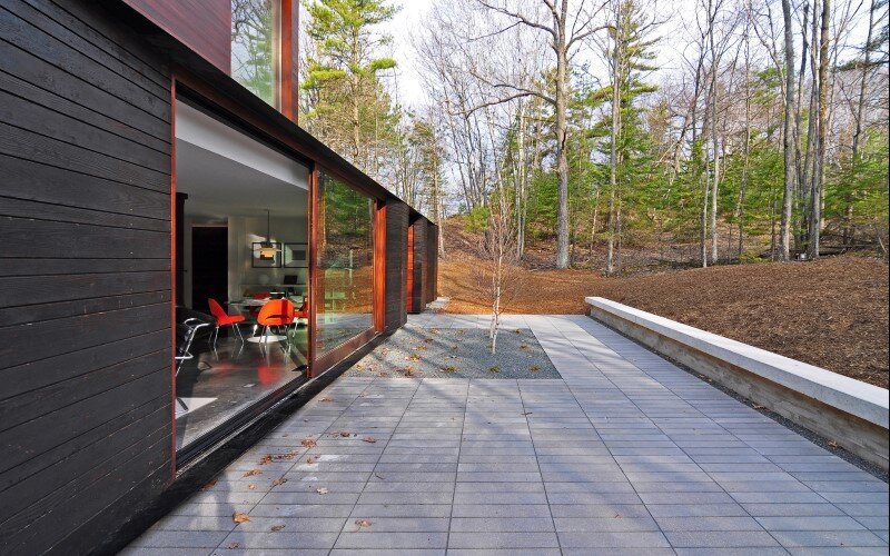 Pleated house - textured wood structure with a green roof (8)