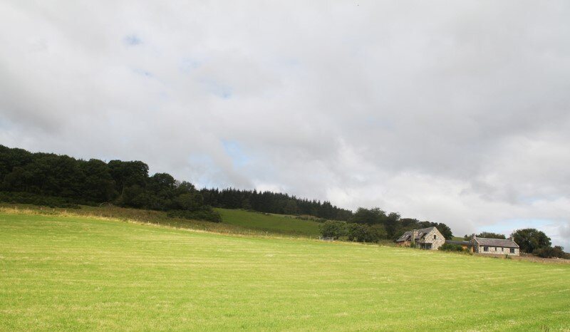 Scottish old cottage nestled on a hillside with panoramic views (17)