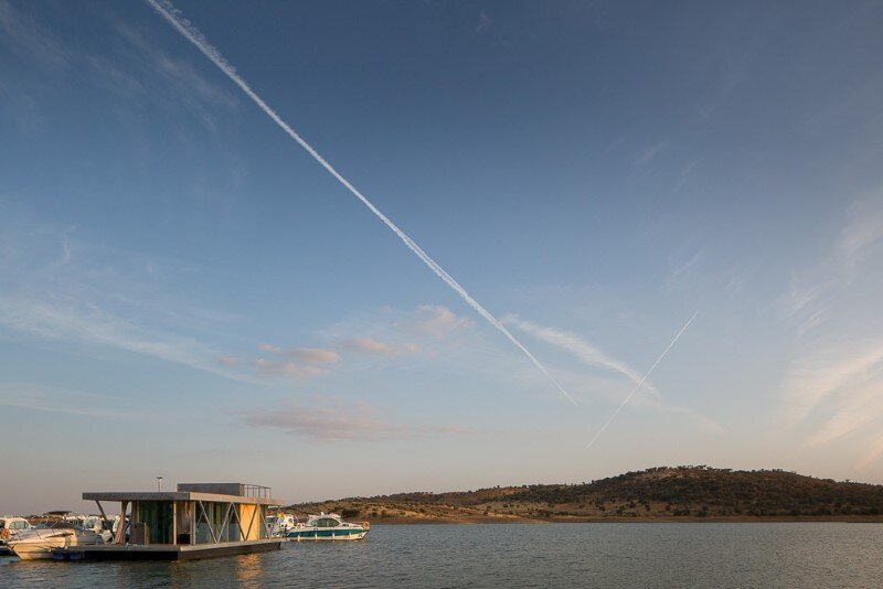 Floating House - a mobile house in the middle of a lake (4)