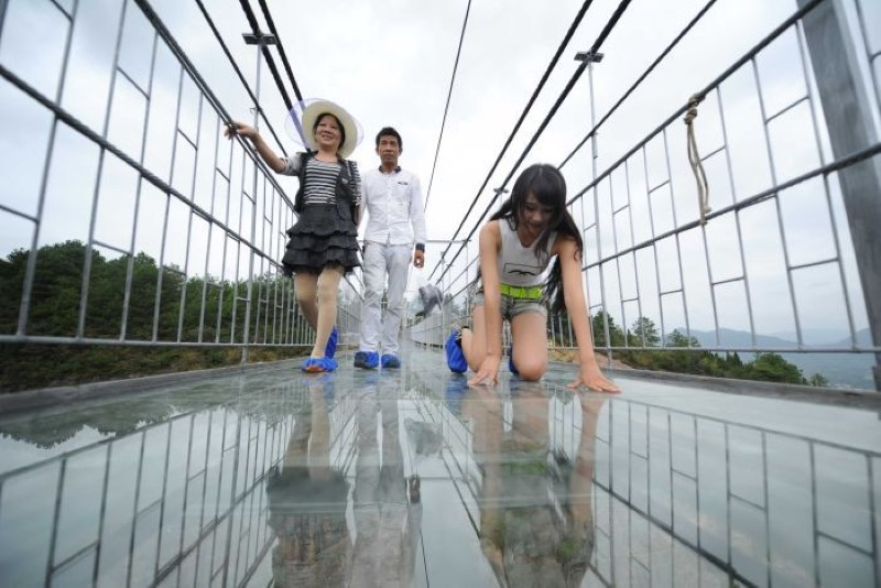 High-altitude suspension bridge made of glass opens in Hunan, China (1)