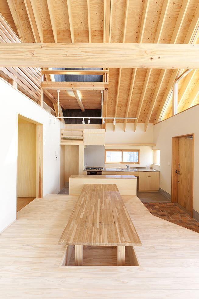 Kawagoe House is a Spacious Room Under a Large Gabled Roof (12)