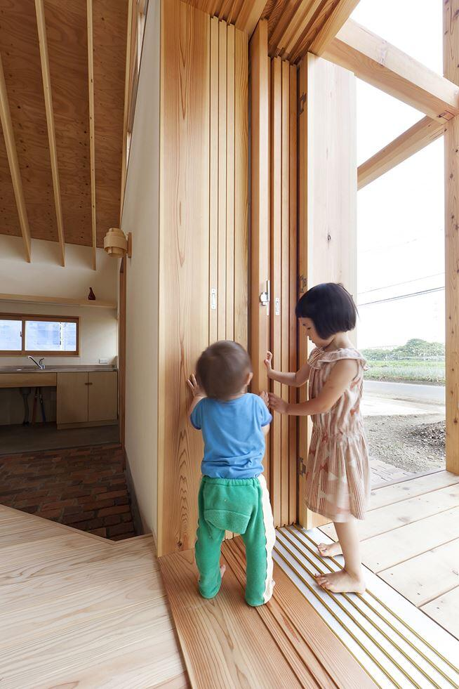 Kawagoe House is a Spacious Room Under a Large Gabled Roof (8)