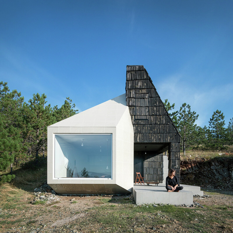 Mountain home built by combining and connecting two monolithic volumes (13)