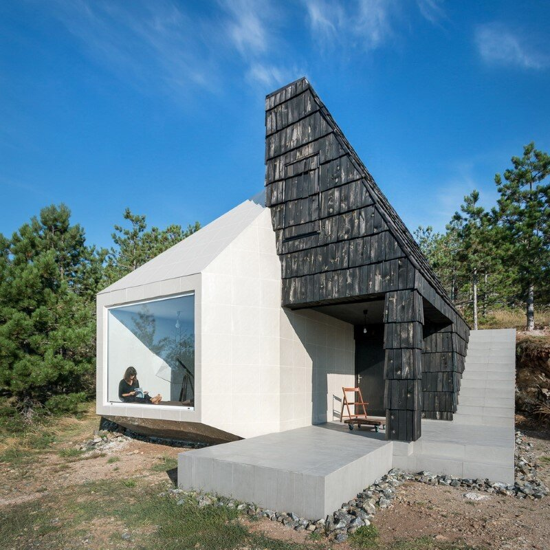 Mountain home built by combining and connecting two monolithic volumes (15)