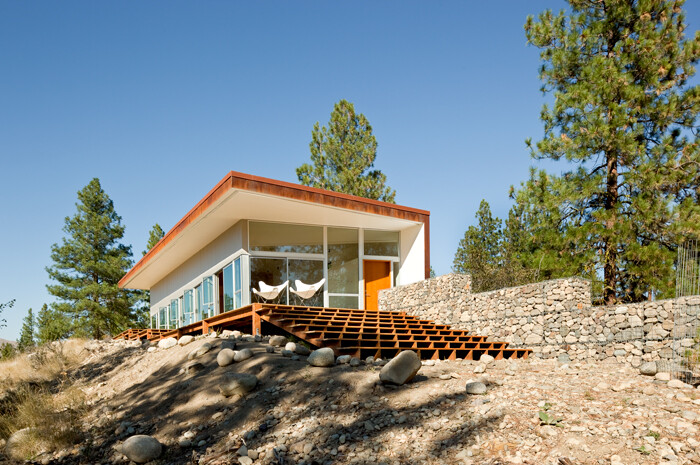 Sustainable Hill House - a big presence in a big landscape (2)