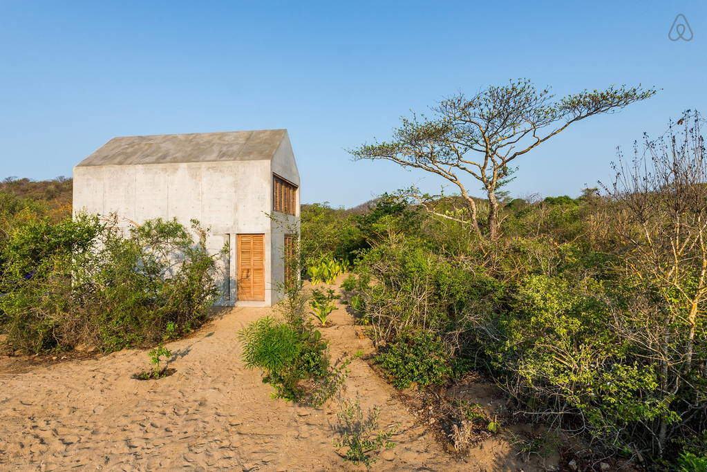 Beautiful Tiny Concrete House with a Minimalist Architecture (1)