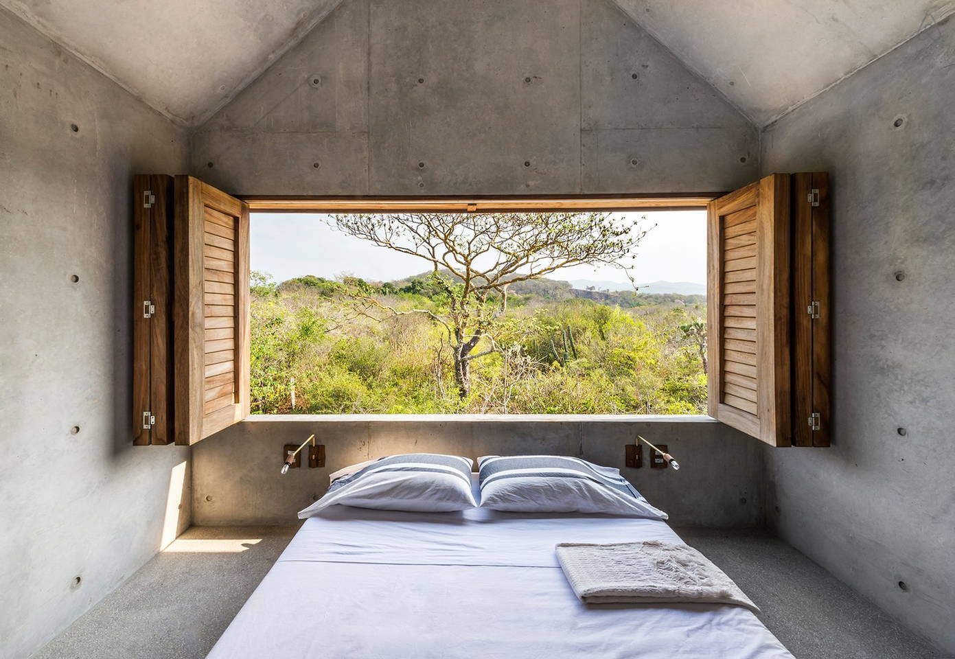Beautiful Tiny Concrete House with a Minimalist Architecture (10)