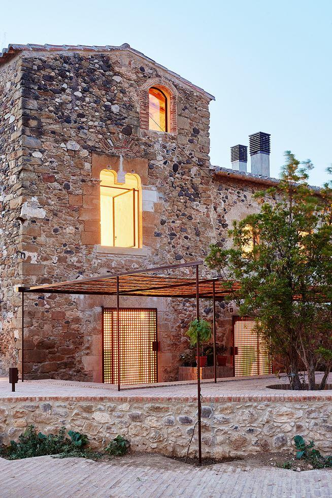 G Arquitectura has completed the rehabilitation of a farmhouse, located in Empordà, Girona, Spain