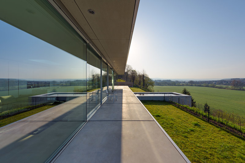 Innovative Sustainable Villa Built from Glass, Steel and Concrete (2)