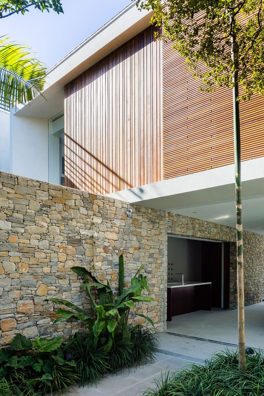 Lara House is a generous and light-filled home in Sao Paulo - by Felipe Hess (2)