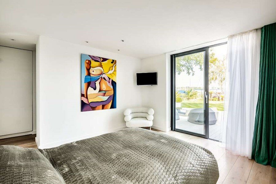 Remodeled 1930s Bauhaus Bungalow in a Stylish Contemporary Home (14)