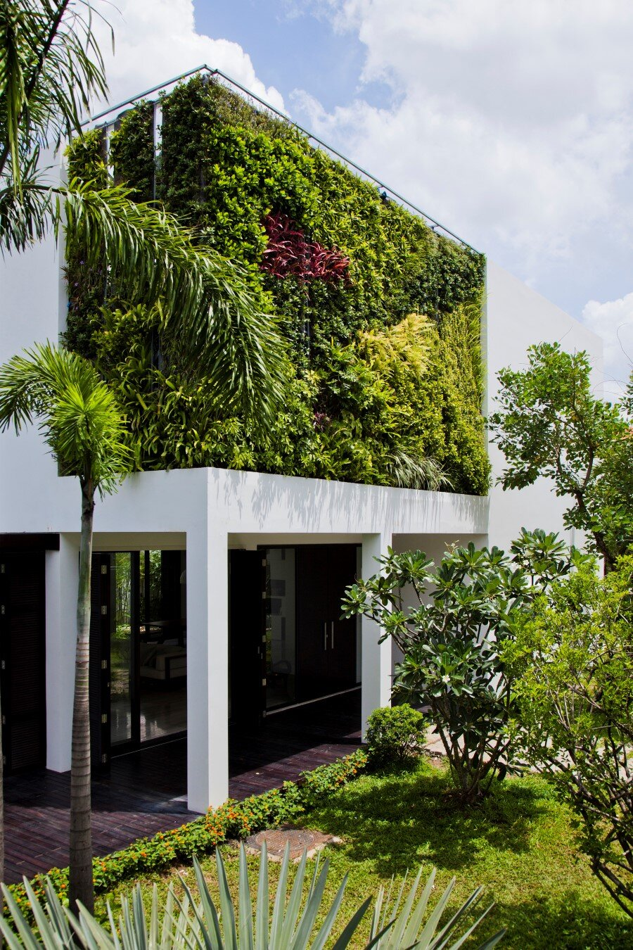 Thao Dien House delights us with a beautiful vertical garden walls (22) (Custom)