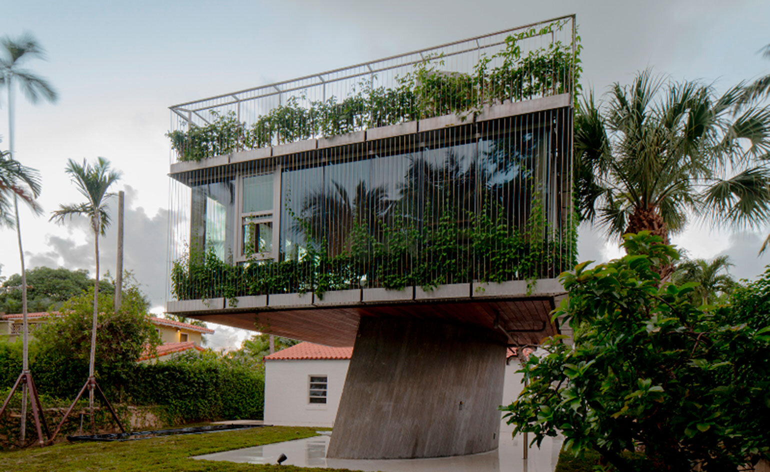 A Bungalow House from the 1930s Replaced by a Three-Story Concrete House (4)