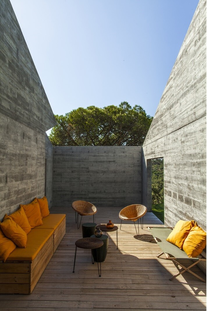 Traditional Portuguese Architecture Combined with a Contemporary Style Melides House (13)