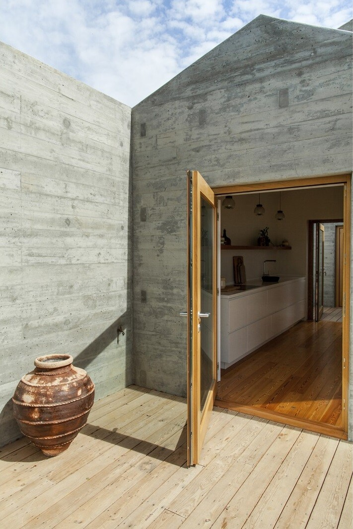 Traditional Portuguese Architecture Combined with a Contemporary Style Melides House (18)