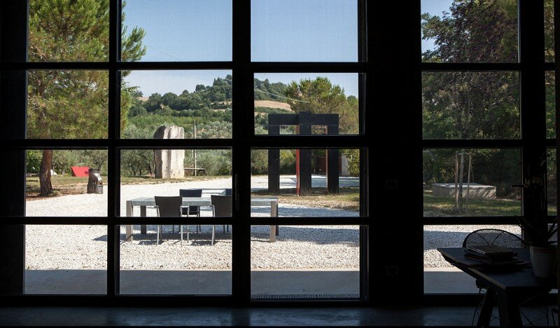 Art Hangar Modern Loft Built in the Middle of Tuscan Countryside (2)