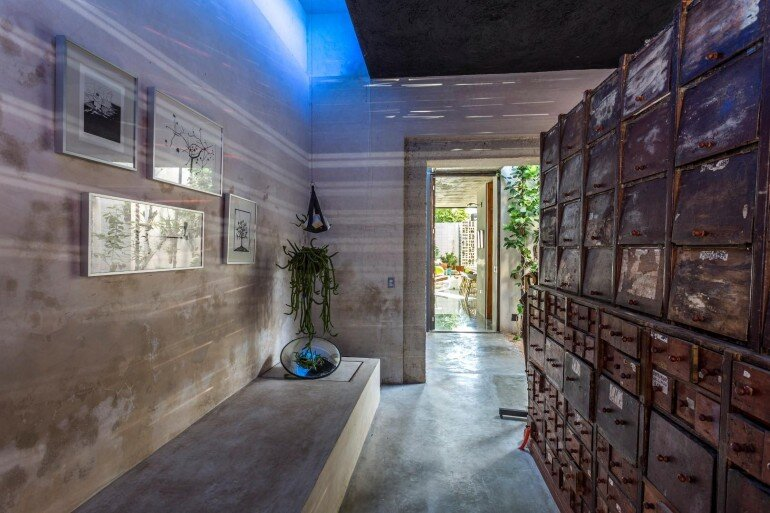 Raw House - Maximizing Vertical Space and Light on a Narrow Lot (17)