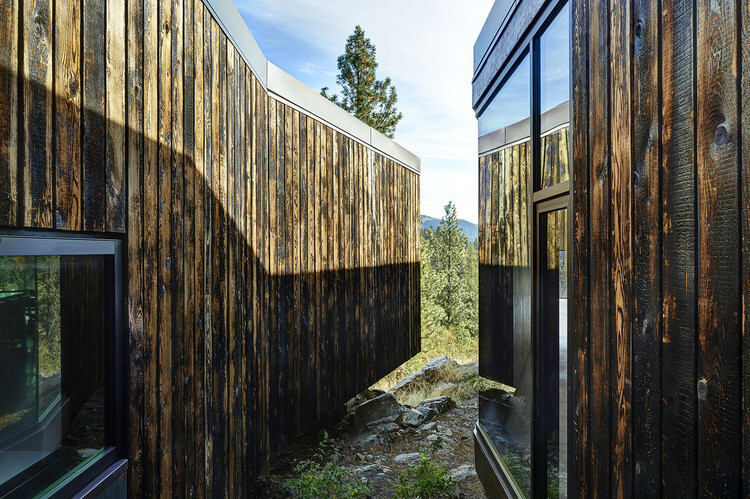 Friesen Wong House - Composition of Burned Fir Planks, Raw Concrete Blocks and Steel Sheets (5)