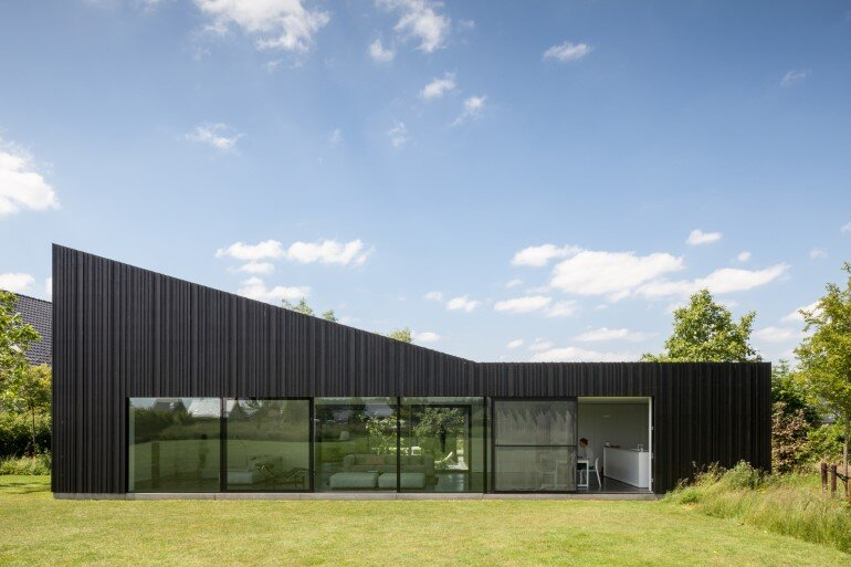 TV House is Made Up by Different Volumes Centered Around a Green Space (1)