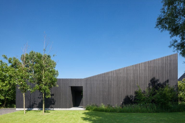 TV House is Made Up by Different Volumes Centered Around a Green Space (10)