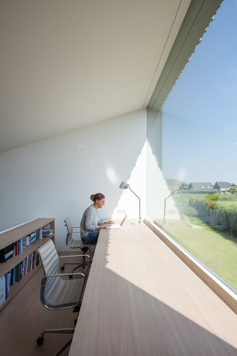 TV House is Made Up by Different Volumes Centered Around a Green Space (12)