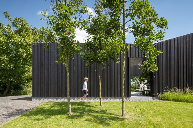 TV House is Made Up by Different Volumes Centered Around a Green Space (15)