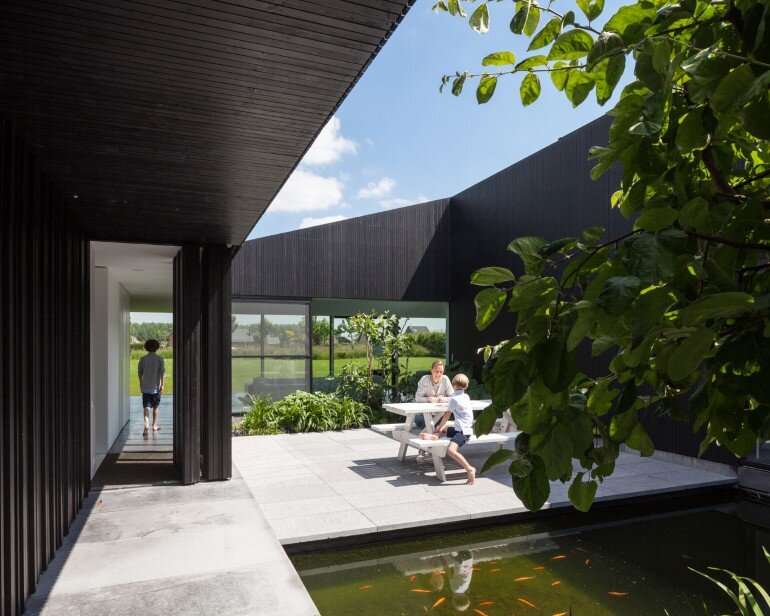 TV House is Made Up by Different Volumes Centered Around a Green Space (6)