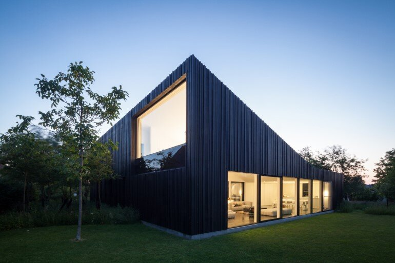 TV House is Made Up by Different Volumes Centered Around a Green Space (7)