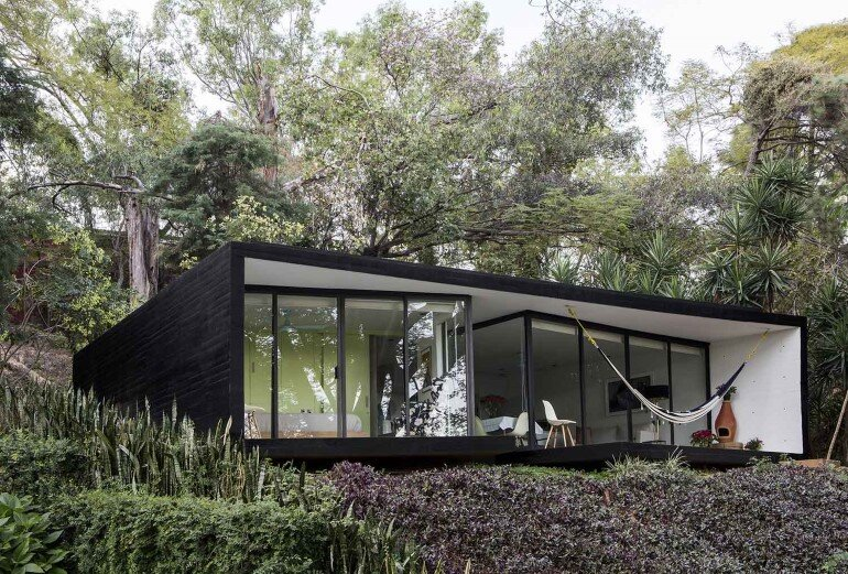 This mexican bungalow is conceived as a refuge in an idyllic jungle site (1)
