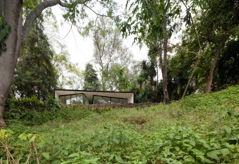 This mexican bungalow is conceived as a refuge in an idyllic jungle site (14)