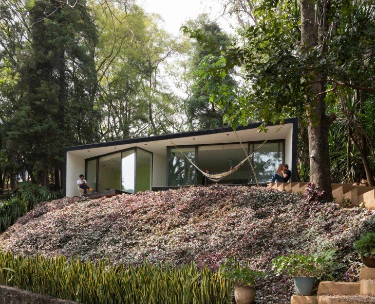 This mexican bungalow is conceived as a refuge in an idyllic jungle site (3)