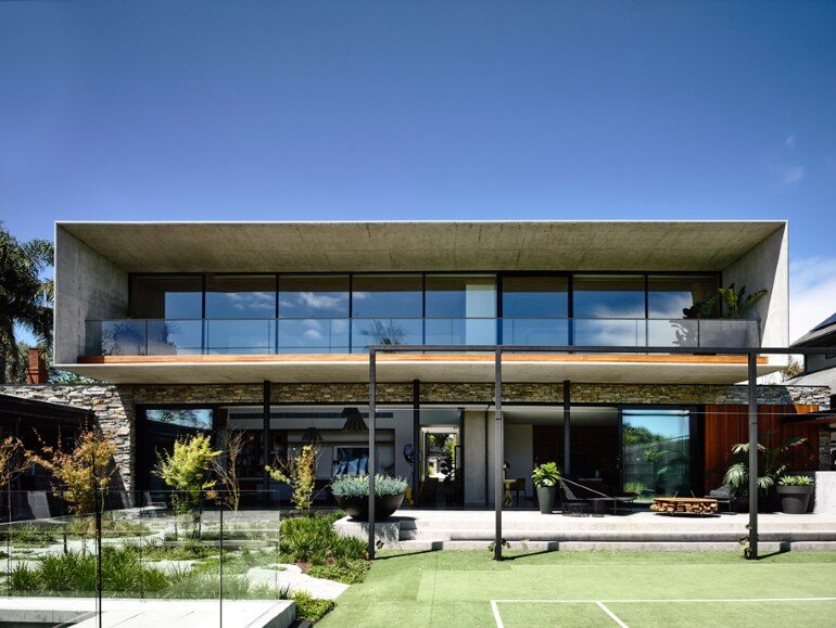 Concrete House Provide Strong Visual Connections Between Levels (1)