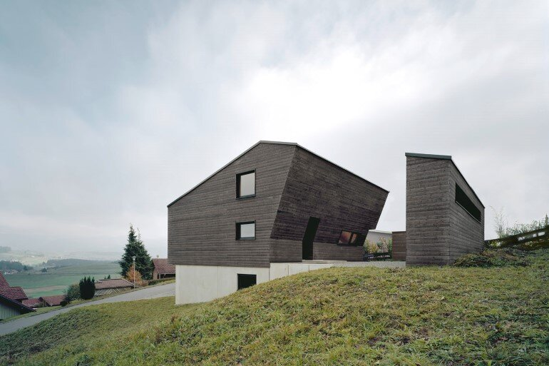 Haus P - Deep Black Holiday House for a Family of Eight