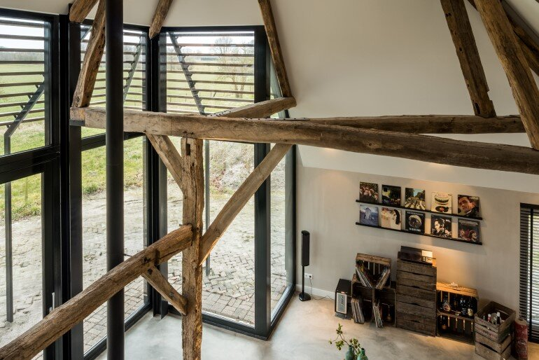 Old Dutch Farm Renovated with Preservation of Ancient Wooden Trusses (15)